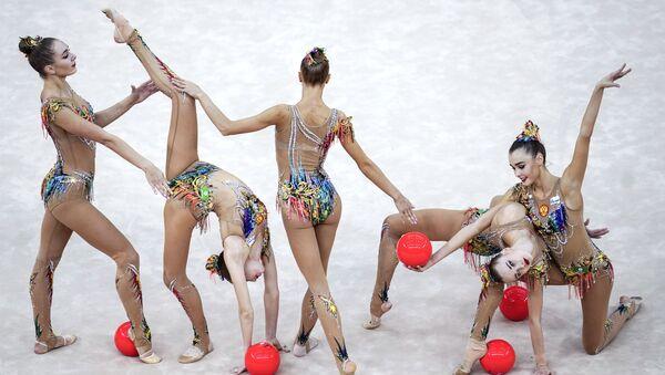 Ruský tým provádí cvičení s pěti míči ve finále skupinového programu na mistrovství světa v rytmické gymnastice v Baku v roce 2019. - Sputnik Česká republika