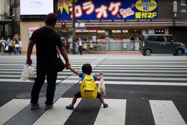 Muž se synem na přechod pro chodce v centru Oita - Sputnik Česká republika
