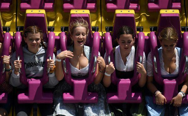 Dívky při jízdě na atrakci na 186. Oktoberfestu v Mnichově v Německu - Sputnik Česká republika