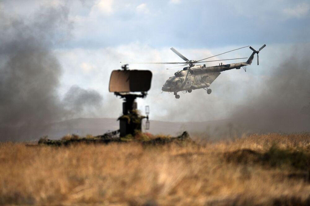 Vrtulník Mi-8 během taktického cvičení námořních sborů a jednotek pobřežní obrany na cvičišti Opuk na Krymu