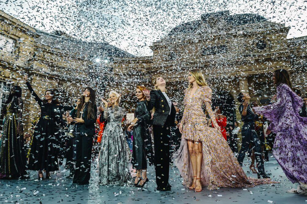 Herečky a zpěvačky během přehlídky kolekce L'Oreal.