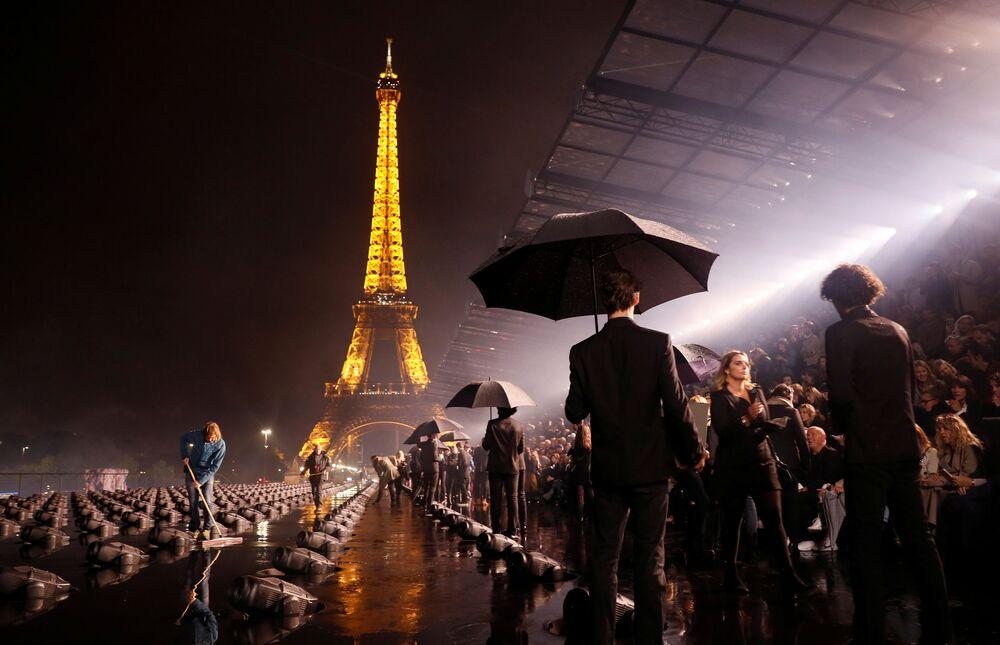 Hosté před začátkem přehlídky kolekce Yves Saint Laurent.