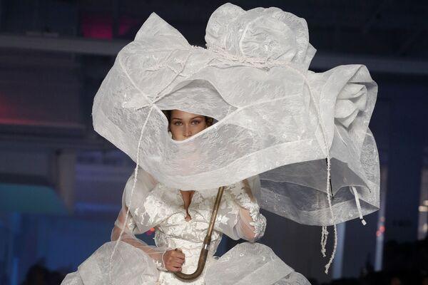Americká modelka Bella Hadid během předvádění kolekce módní návrhářky Vivienne Westwood. - Sputnik Česká republika