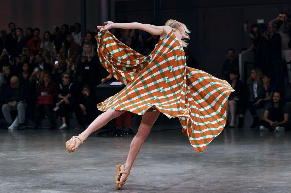 Tančící modelka na přehlídce japonského designéra Isseyho Miyakea.