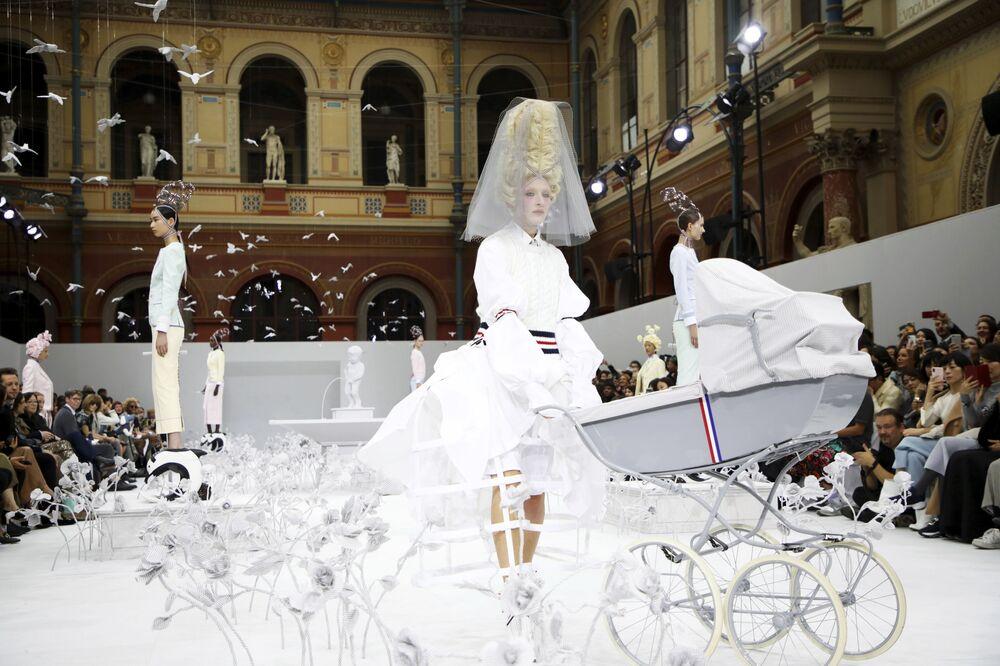 Modelky na přehlídce módního návrháře Thoma Browneho.