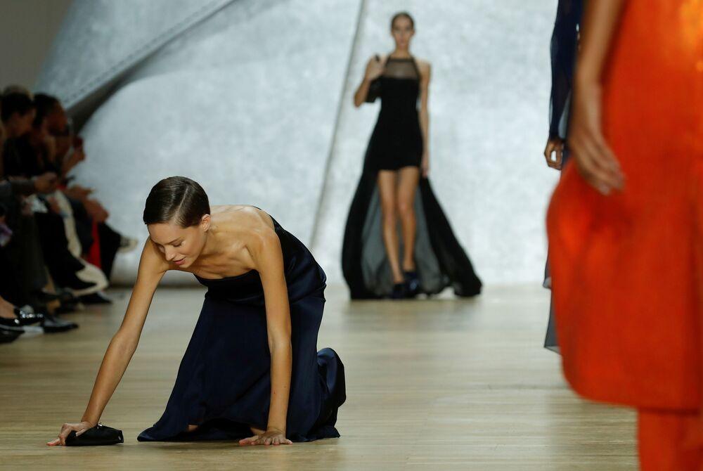 Modelka upadla během přehlídky Vivienne Westwood.