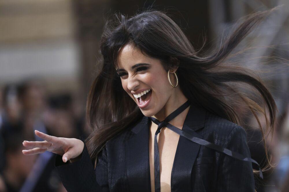 Zpěvačka Camila Cabello během přehlídky kolekce L'Oreal.
