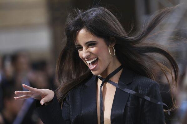 Zpěvačka Camila Cabello během přehlídky kolekce L'Oreal. - Sputnik Česká republika