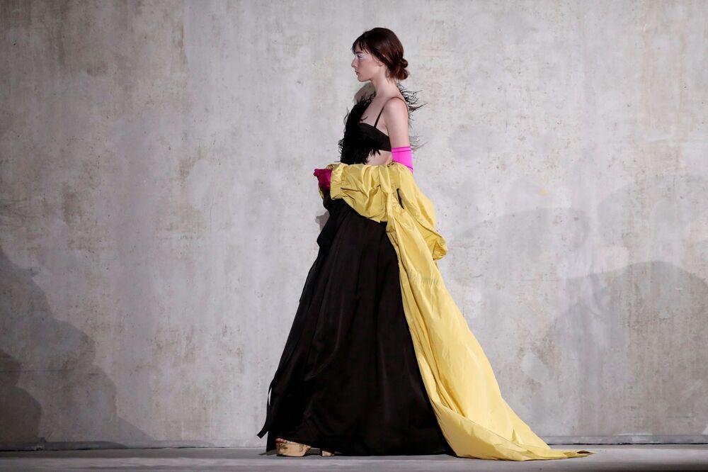 Modelka během předvádění kolekce Dries Van Noten.