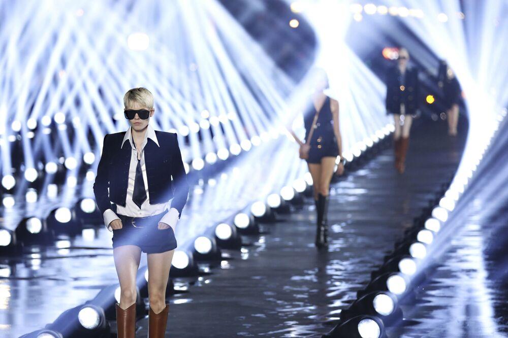 Modelky během předvádění kolekce Yves Saint Laurent - Ready To Wear.