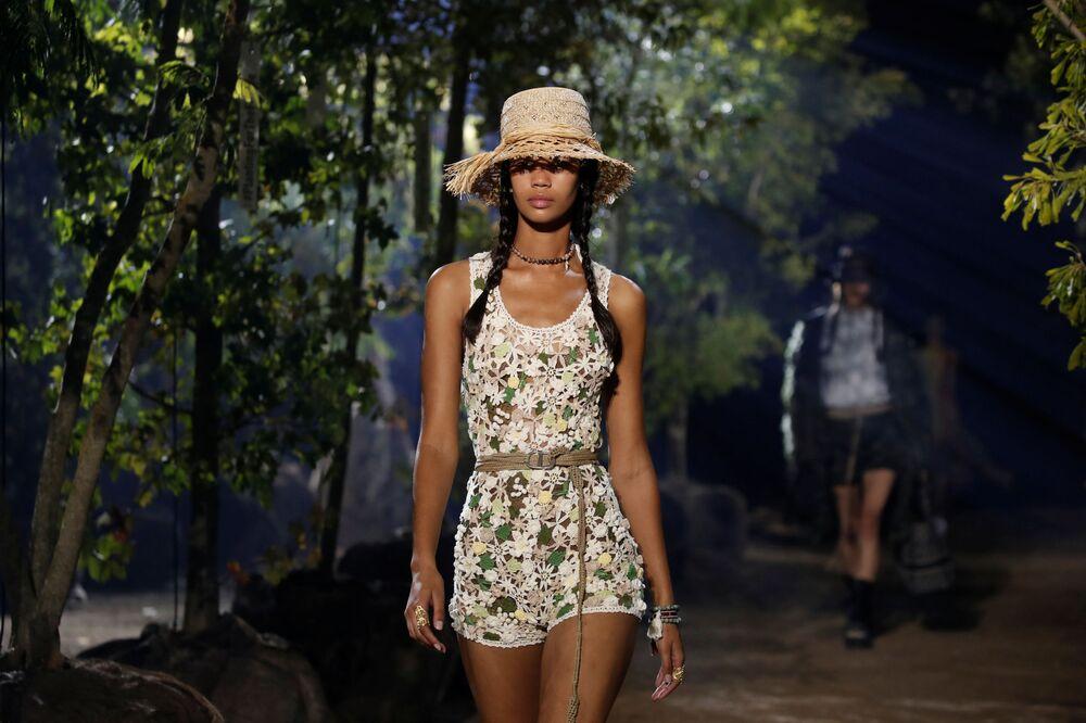 Modelka během předvádění kolekce Maria Grazia Chiuri pro Dior.