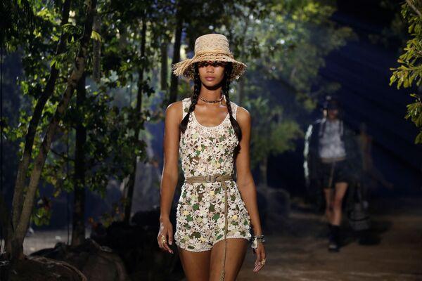 Modelka během předvádění kolekce Maria Grazia Chiuri pro Dior. - Sputnik Česká republika