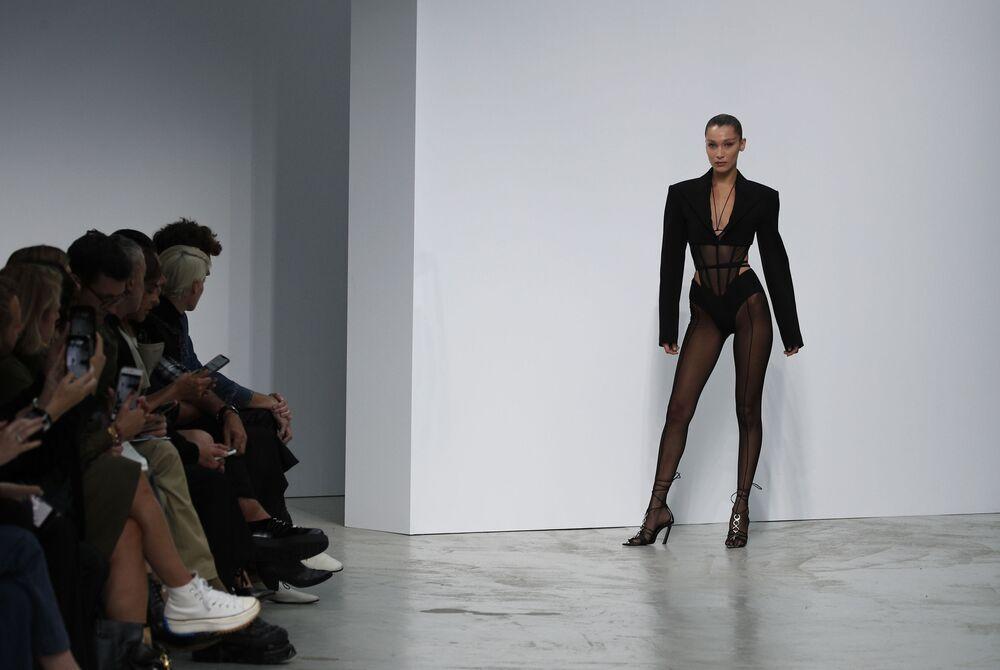 Americká modelka Bella Hadid při předvádění kolekce Mugler - Ready To Wear.