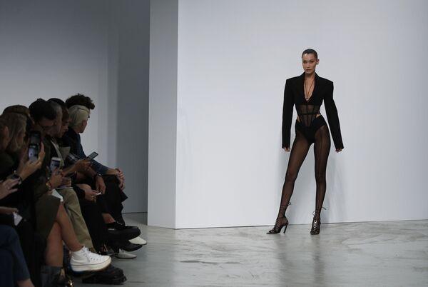 Americká modelka Bella Hadid při předvádění kolekce Mugler - Ready To Wear. - Sputnik Česká republika
