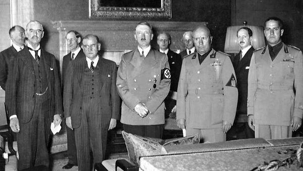 Fotografie z průběhu Mnichovských jednání – zleva: Neville Chamberlain za Velkou Británii, Édouard Daladier, zástupce Francie, Adolf Hitler za nacistické Německo a Benito Mussolini za fašistickou Itálii - Sputnik Česká republika