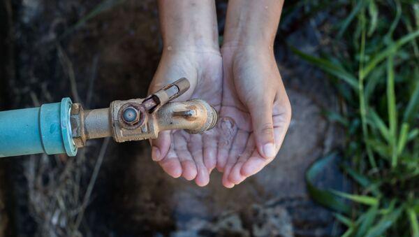 Dítě se natahuje pro pitnou vodu - Sputnik Česká republika