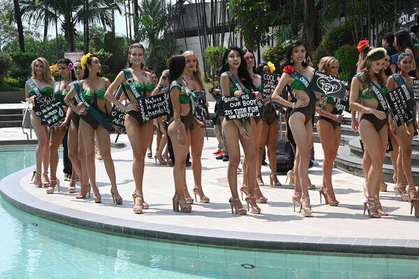 Modelky a uchazečky o titul Miss Earth 2019 držící transparenty s ekologickými slogany během prezentace v hotelu. Dne 2. října 2019, v Manile. - Sputnik Česká republika
