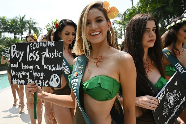 Uchazečka o titul Miss Earth 2019 z Ekvádoru drží plakát při fotografování v Manile. - Sputnik Česká republika