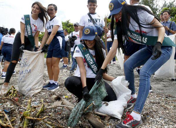 Uchazečky o titul Miss Earth 2019 čistí pobřeží od odpadu na Filipínách. - Sputnik Česká republika
