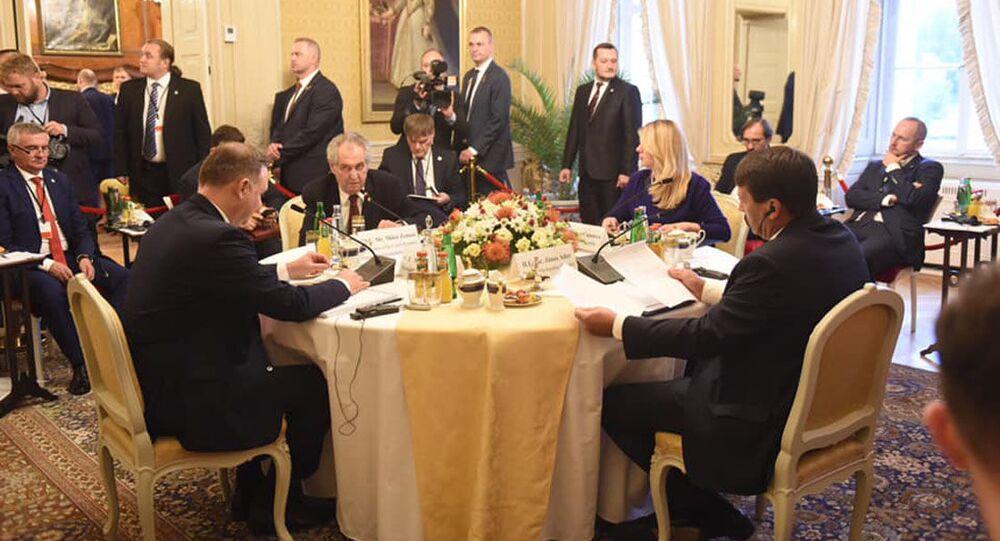 Prezident ČR Miloš Zeman, hlava maďarského státu János Áder,  polský prezident Andrzej Duda a slovenská prezidentka Zuzana Čaputová na zasedání hlav států V4 v Lánech (2. 10. 2019)