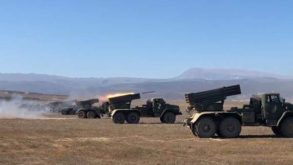 """Video: """"Raketová"""" bouře. Nejmodernější raketomet Tornado-G byl porvé otestován ruským dělostřelectvem - Sputnik Česká republika"""