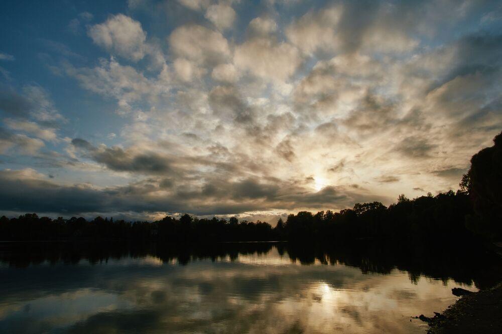 Západ slunce na Suzdalských jezerech v Petrohradě