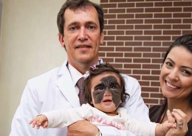 """Floridská holčička s """"Batmanovým"""" mateřským znaménkem se setkala s lékaři před operací v Krasnodaru"""