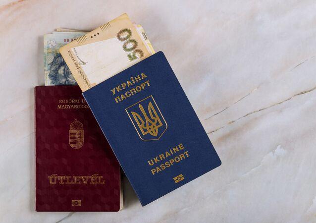 Maďarský a ukrajinský pasy. Ilustrační foto.
