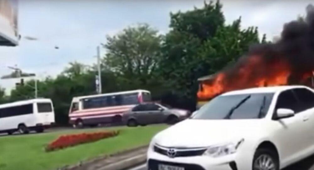 Nešťastné číslo. V ukrajinském Lvovu narazil do domu hořící trolejbus číslo 13