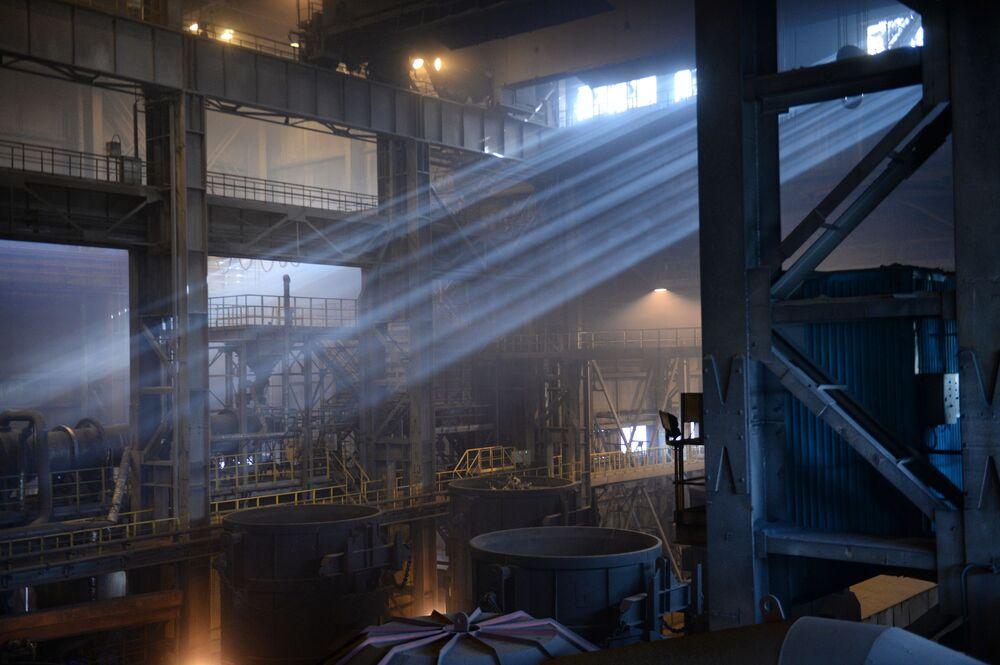 Cech výroby oceli v Severském potrubním závodu.