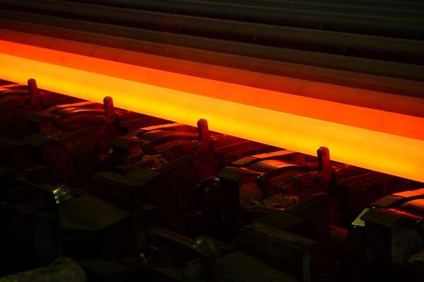 Výrobky v dílně na válcování trubek v Severském potrubním závodu  - Sputnik Česká republika