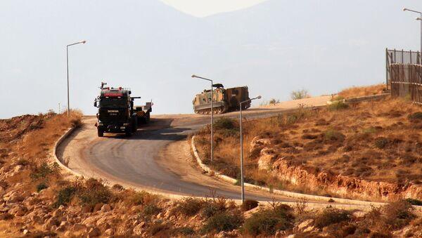 Turecká obrněná vozidla při překročení hranice se Sýrií - Sputnik Česká republika
