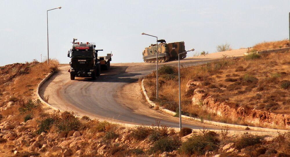 Turecká obrněná vozidla při překročení hranice se Sýrií