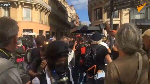 Ve Francii došlo k dalším střetům s policií během 47. demonstrace žlutých vest. Demonstranti napadli policistku - Sputnik Česká republika