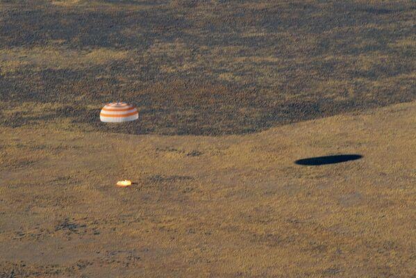 Přistání kosmické lodi s posádkou Sojuz MS-12 se třemi členy posádky ISS. Loď byla vypuštěna na Mezinárodní kosmickou stanici 14. března 2019. - Sputnik Česká republika
