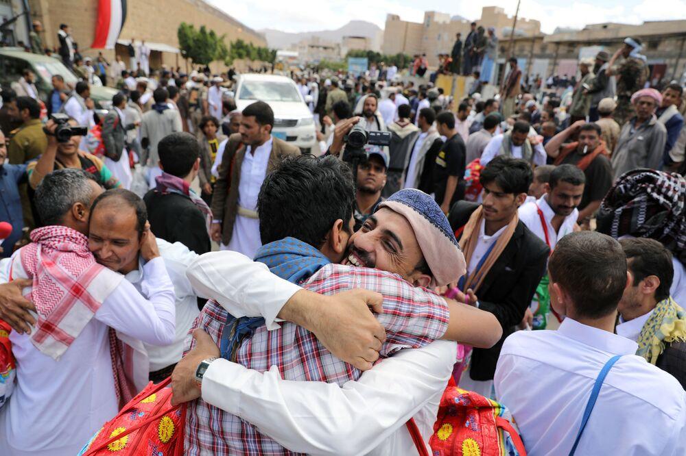 Vězni objímají příbuzné poté, co je Hútíové propustili z ústředního vězení Sanaa v Jemenu.