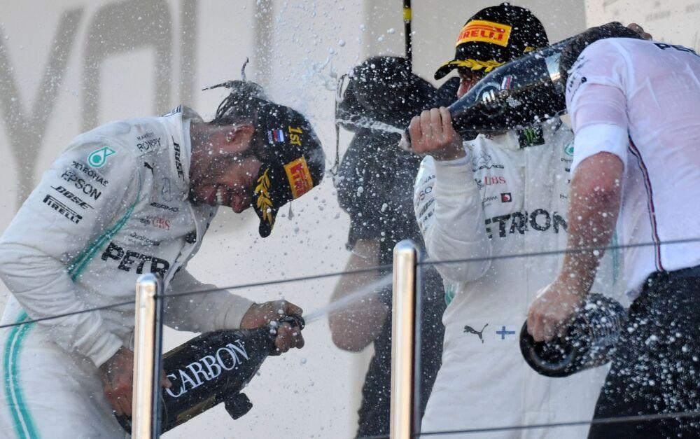 Vítězové 16. etapy mistrovství světa v okruhových závodech ve Formule 1 třídy VTB Russian Grand Prix 2019, piloti týmu Mercedes Lewis Hamilton a Valtteri Bottas na slavnostním předávání cen