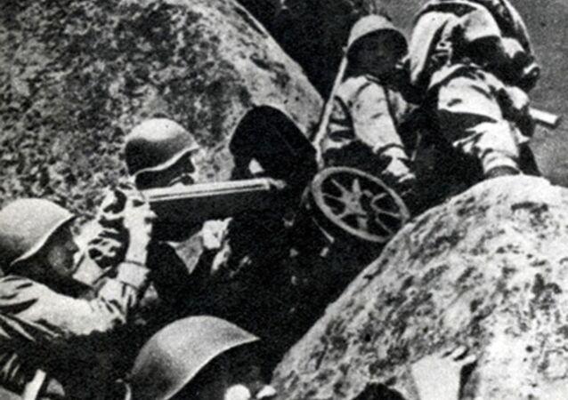 Kulometníci mění postavení. Karpatsko-dukelská operace, 1944.