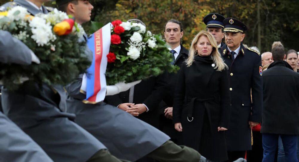 Zuzana Čaputová během kladení věnců u památníku bitvy o Dukelský průsmyk.
