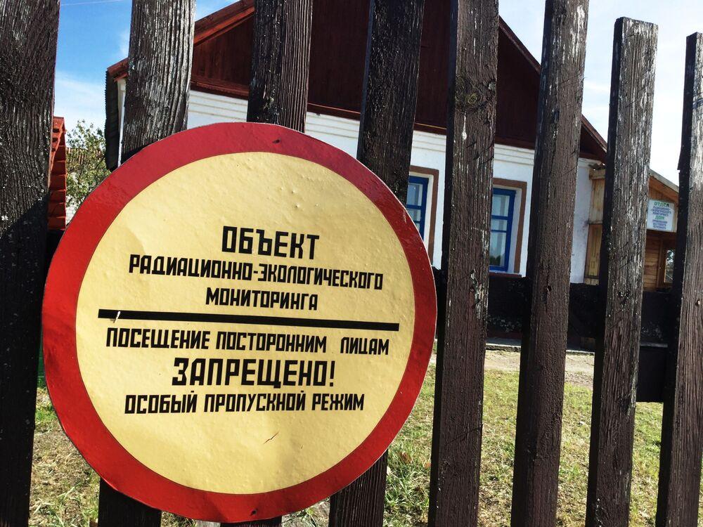 Značka u vchodu do výzkumné stanice Masany v Poleské státní radiačně-ekologické rezervaci.