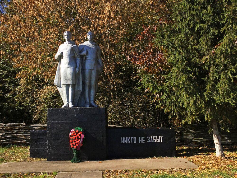 Památník hrdinům 2. světové války v Poleské státní radiačně-ekologické rezervaci.