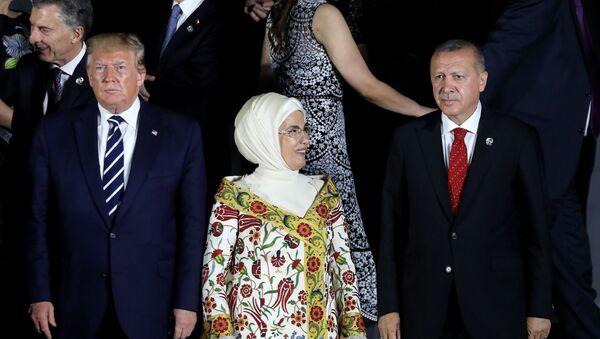 Americký prezident Donald Trump spolu s tureckým prezidentem Recepem Erdoganem a jeho chotí Emine na společném focení na summitu G20 v Japonsku (28. 6. 2019) - Sputnik Česká republika
