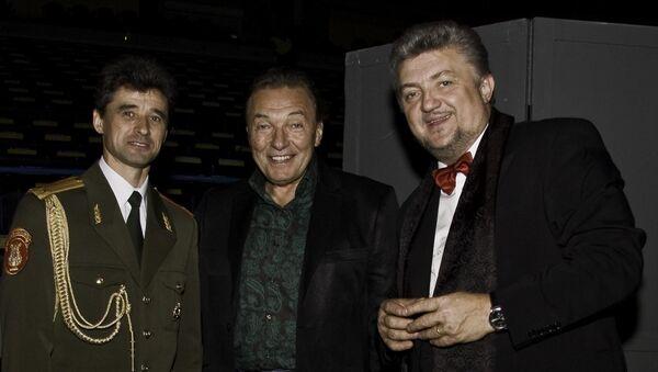 Jiří Klapka, Karel Gott a ředitel a vedoucí pěveckého souboru Alexandrovci Gennadij Sačenjuk. - Sputnik Česká republika