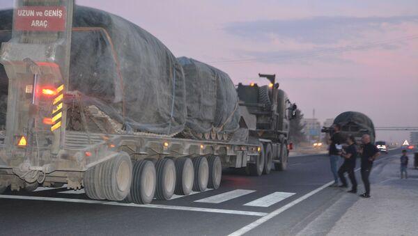 Hromadění turecké vojenské techniky na hranici se Sýrií - Sputnik Česká republika