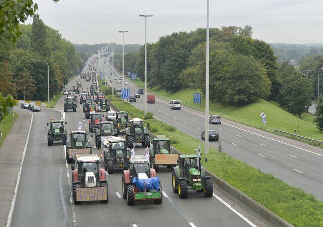 V souvislosti s protestní akcí farmářů informovala bruselská policie předem automobilisty, že příjezdy k budově Rady Evropské unie a Evropské komise manifestanti zablokují