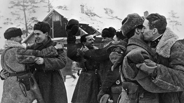 Setkání vojáků Leningradského a Volchovského frontu 18. ledna r. 1943. Tehdy byla blokáda Leningradu poprvé prolomena - Sputnik Česká republika