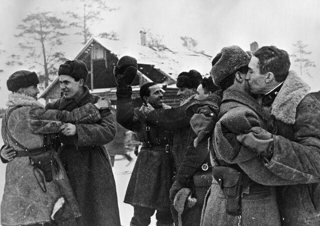 Setkání vojáků Leningradského a Volchovského frontu 18. ledna r. 1943. Tehdy byla blokáda Leningradu poprvé prolomena