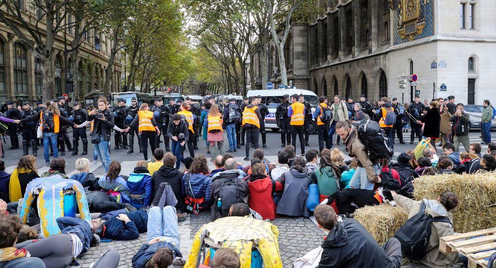 Aktivisté hnutí Extinction Rebellion v Paříži (7. 10. 2019)