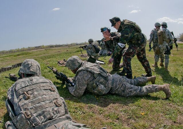Američtí a maďarští vojáci na střelnici v Maďarsku