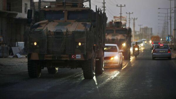 Turecký konvoj vojenských vozidel v ulicích pohraničního města Akçakale v Turecku - Sputnik Česká republika